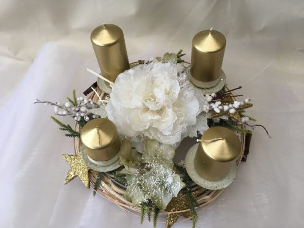 Dventní věnec,postupné metalické svíčky,ratanový věnec,luxusní bílý květ.